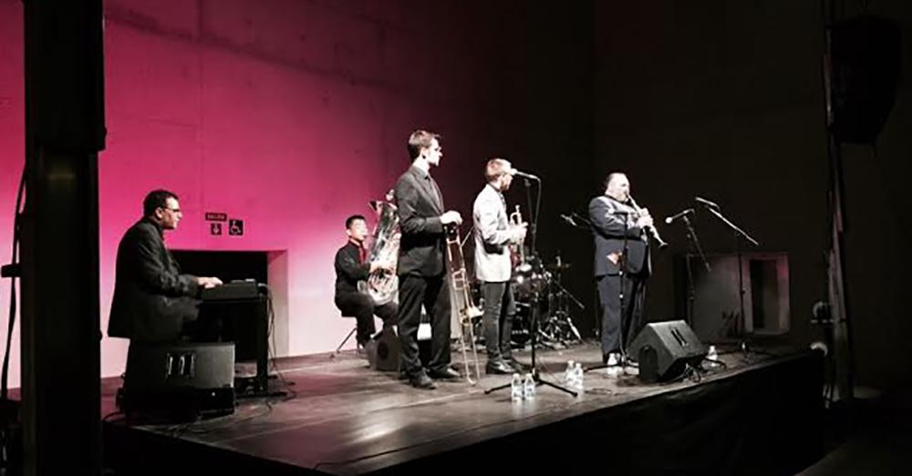 Arturo Cid con la banda Dixieland Crossroad Meeting durante su actuación en Jazz en la Plaza, en la Plaza de las Culturas. Granada.